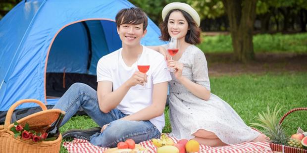 ピクニックデートをする男女